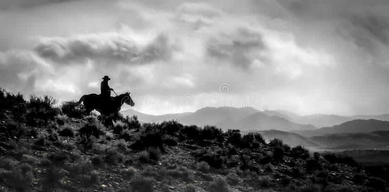 Ridge Rider Silhouette e sua terra no estilo do pano e preto e branco solitários imagens de stock royalty free