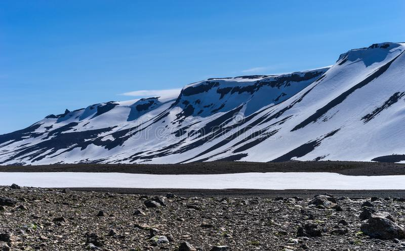 Ridge volcánico nevado dramático contra un cielo azul, occidental fotografía de archivo libre de regalías