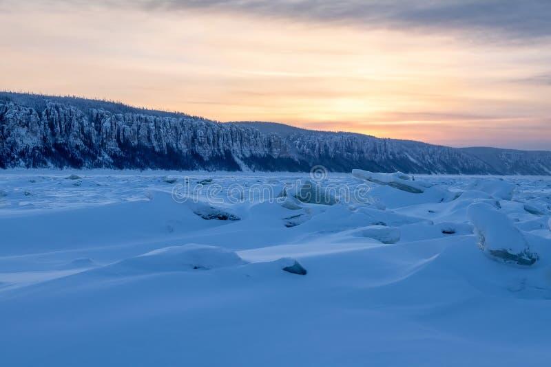 Ridged is på solnedgången royaltyfria foton