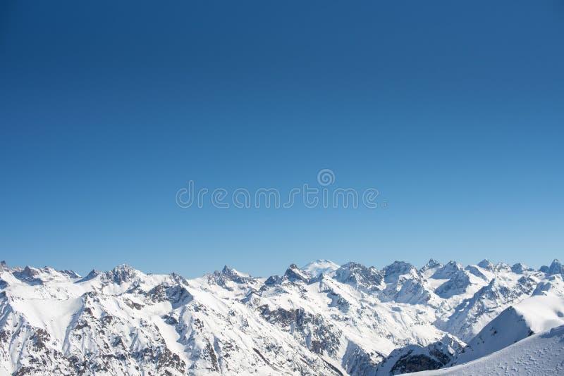 Ridgeline在冬天好日子 厄尔布鲁士山西部高峰视图 Dombay滑雪场,高加索西部,俄罗斯 墙纸背景 库存照片
