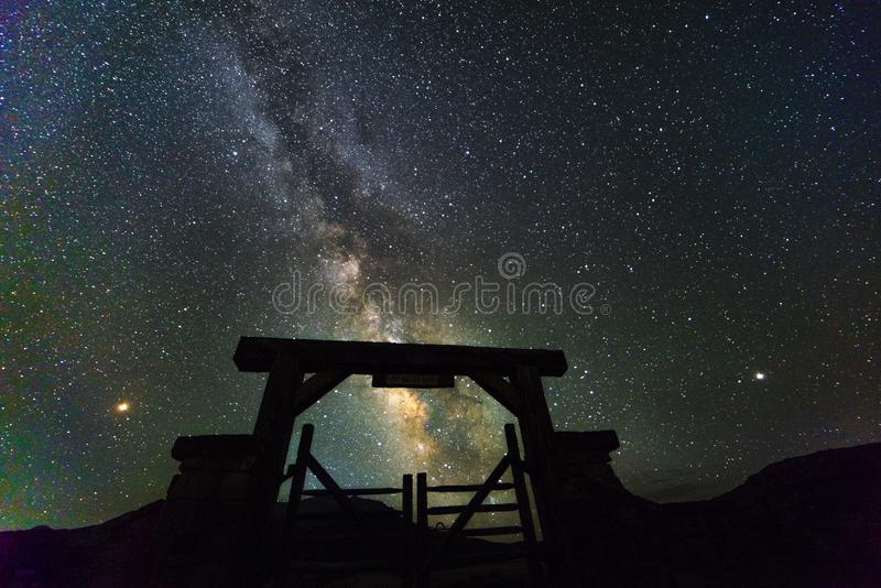 RIDGWAY COLORADO USA - Milkyway-Sterne über letztem Dollar-Ranchtor, Ridgway Colorado lizenzfreie stockfotos