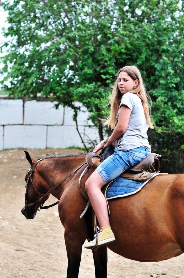 riding лошади девушки предназначенный для подростков стоковое изображение rf