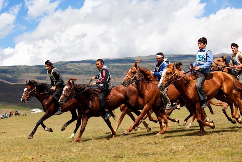 riding номада лошади национальный традиционный стоковое изображение