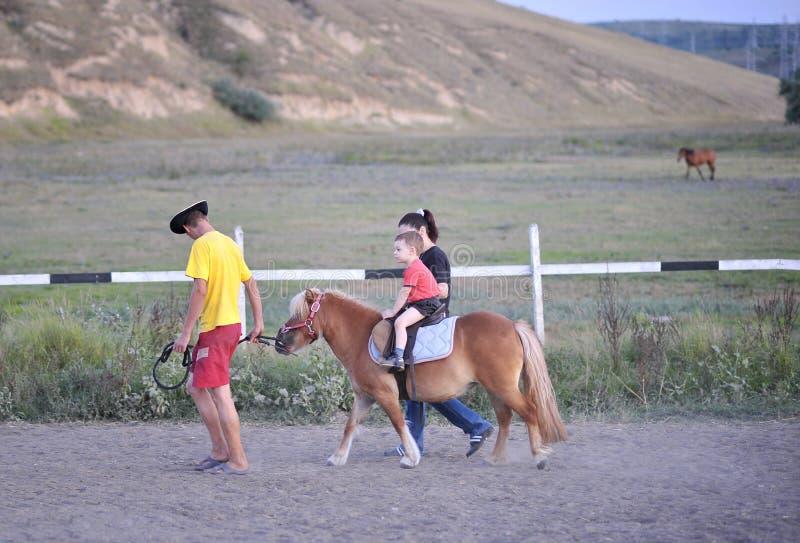 riding пониа ребенка стоковое фото