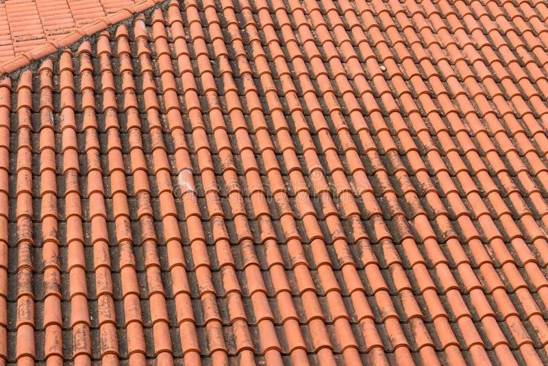 Ridit ut lerategelplattatak, modell av orange tegelplattor royaltyfria foton