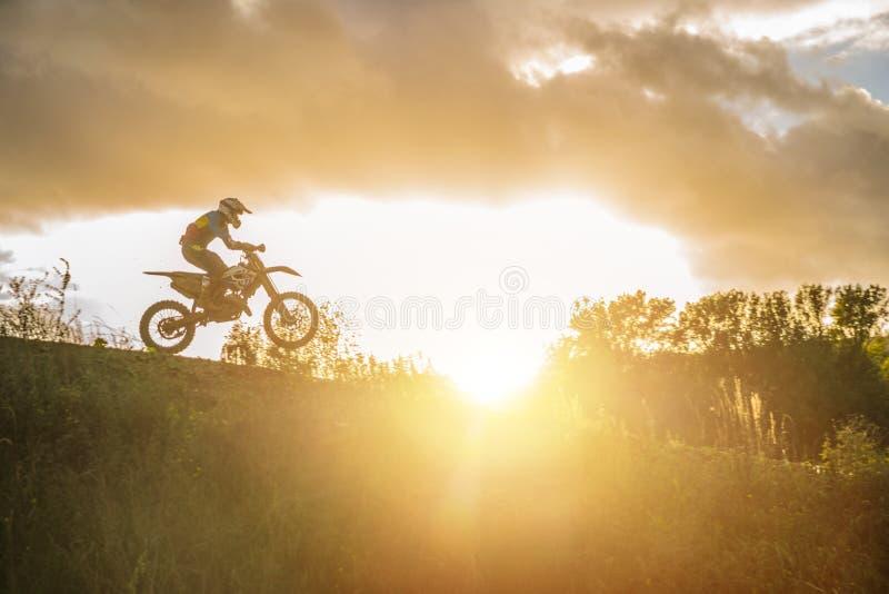 Ridning för motocrossMX-ryttare på smutsspår royaltyfri fotografi