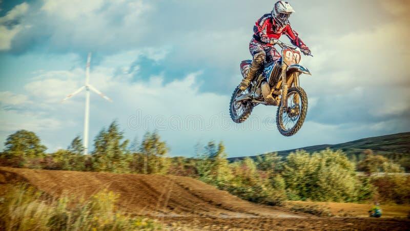 Ridning för motocrossMX-ryttare på smutsspår arkivfoton