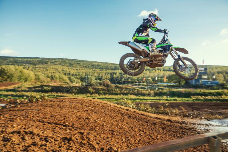 Ridning för motocrossMX-ryttare på smutsspår royaltyfri bild