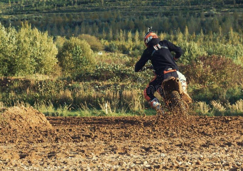 Ridning för motocrossMX-ryttare på smutsspår royaltyfria bilder