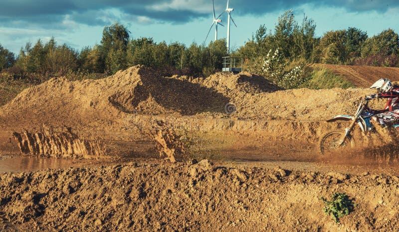 Ridning för motocrossMX-ryttare på smutsspår arkivbild