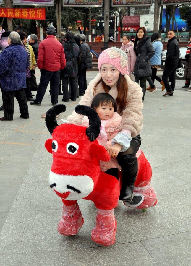 ridning för pengzhou för moder för porslin för tjurvagnsbarn royaltyfri bild