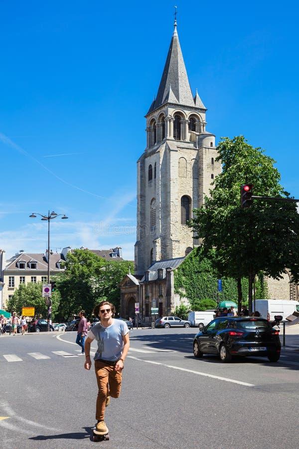 Ridning för ung man på en skridsko i stadsgatan av St Germain fotografering för bildbyråer