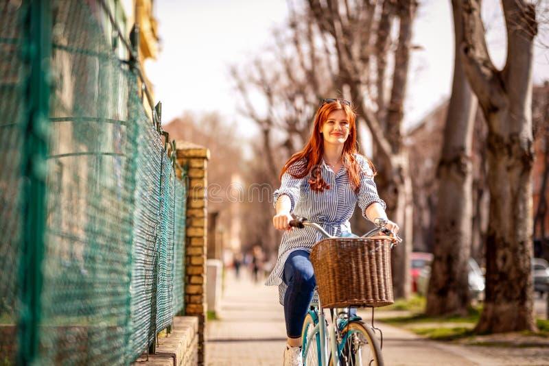 Ridningcykel för ung kvinna i stad royaltyfria foton