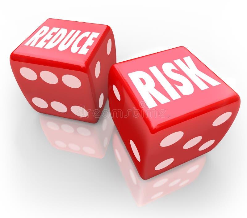 Riduca la probabilità più bassa Bet Gamble di responsabilità dei dadi rossi di parole di rischio illustrazione di stock