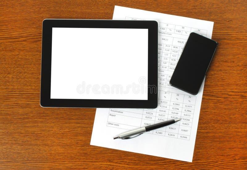 Riduca in pani il pc, lo Smart Phone e la carta con i grafici fotografia stock libera da diritti
