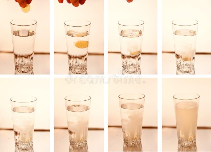 Ridurre in pani della pillola che si dissolve in acqua fotografia stock libera da diritti