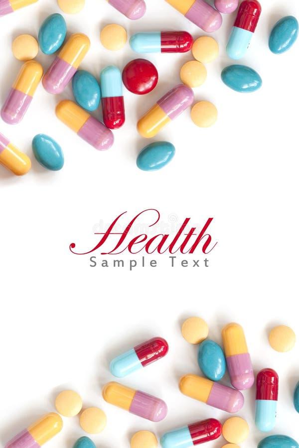 Ridurre in pani variopinti della pillola su priorità bassa bianca fotografie stock