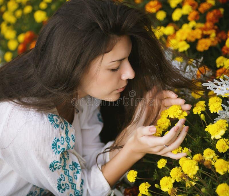 Riechende Blumen der Frau stockbilder