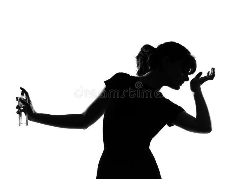 Riechender Duftstoff der Schattenbildfrau stockfoto