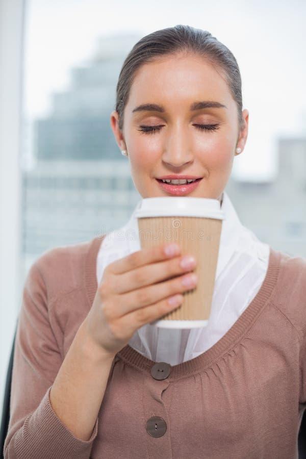 Riechender Kaffee der glücklichen herrlichen Geschäftsfrau stockfotos