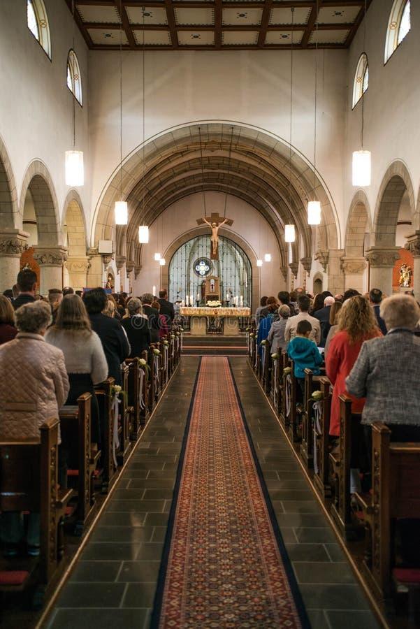 Rieden Alemania 15 04 Sacerdote 2018 que lleva a cabo el culto delante de la muchedumbre en theinterior de una iglesia fotografía de archivo libre de regalías