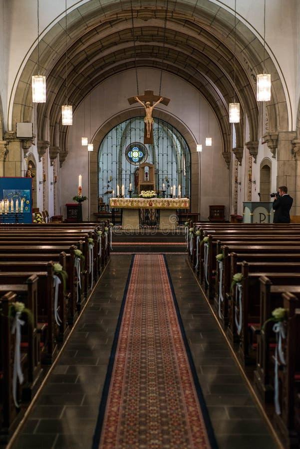 Rieden Duitsland 15 04 2018 het binnenland van een eenvoudige kerk met lege zetelrijen en mooi oud plafond stock afbeelding