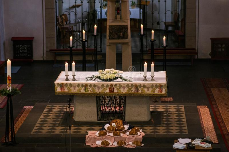 Rieden Tyskland 15 04 Altareaktivering 2018 med den jesus Kristus på den arga hängningen bak altaret av den lokala kyrkan av Ried arkivfoto