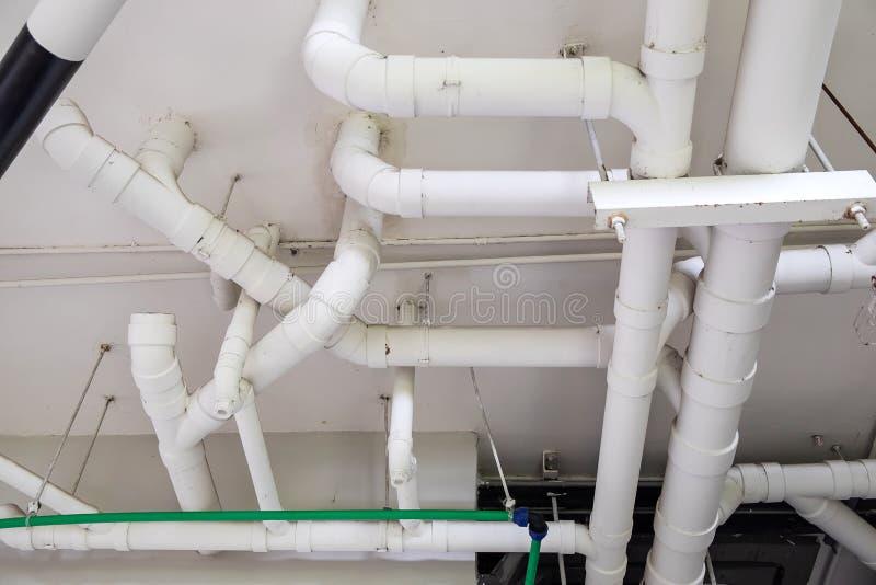 Riego blanco del sistema de tubería del agua del PVC, seguro y limpio en el edificio moderno foto de archivo libre de regalías