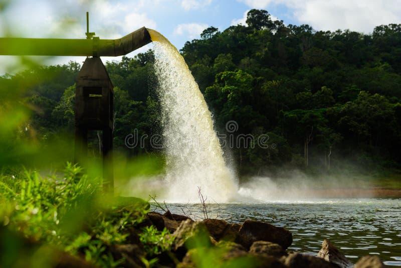 Riegue del dren en la producción de agua fotos de archivo