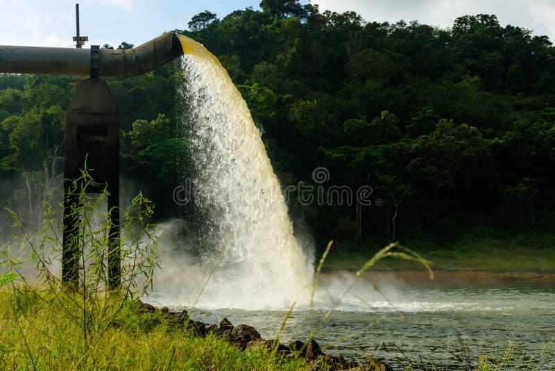 Riegue del dren en la producción de agua imágenes de archivo libres de regalías