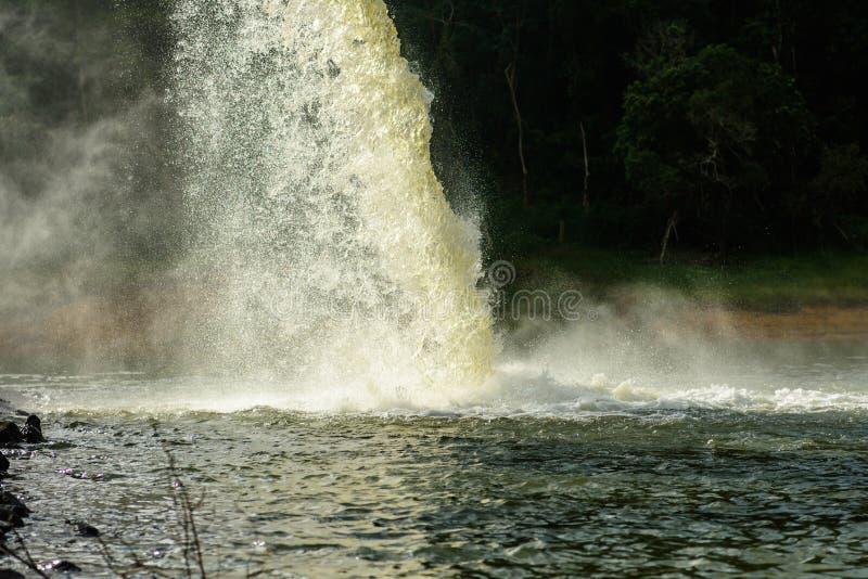 Riegue del dren en la producción de agua fotografía de archivo libre de regalías