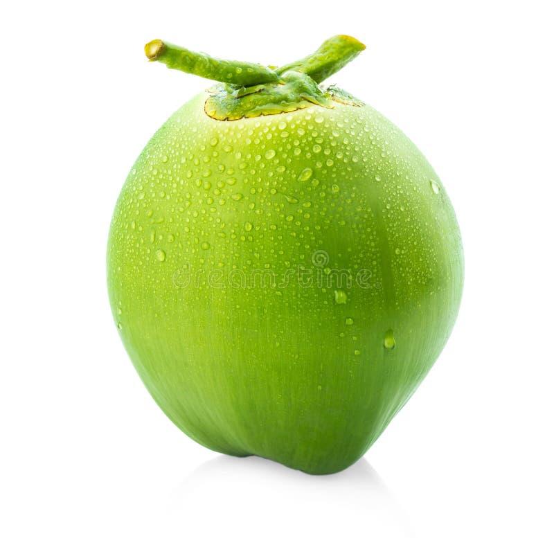 Riegue el coco verde del descenso aislado en el fondo blanco foto de archivo