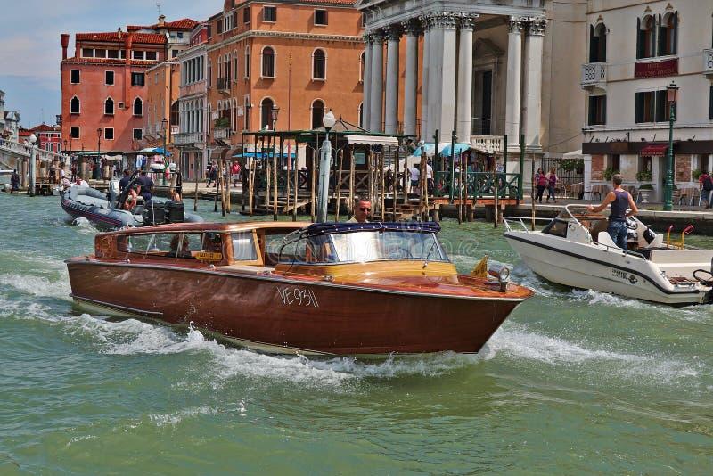 Riegue el taxi con los pasajeros en Venecia, Italia imagenes de archivo
