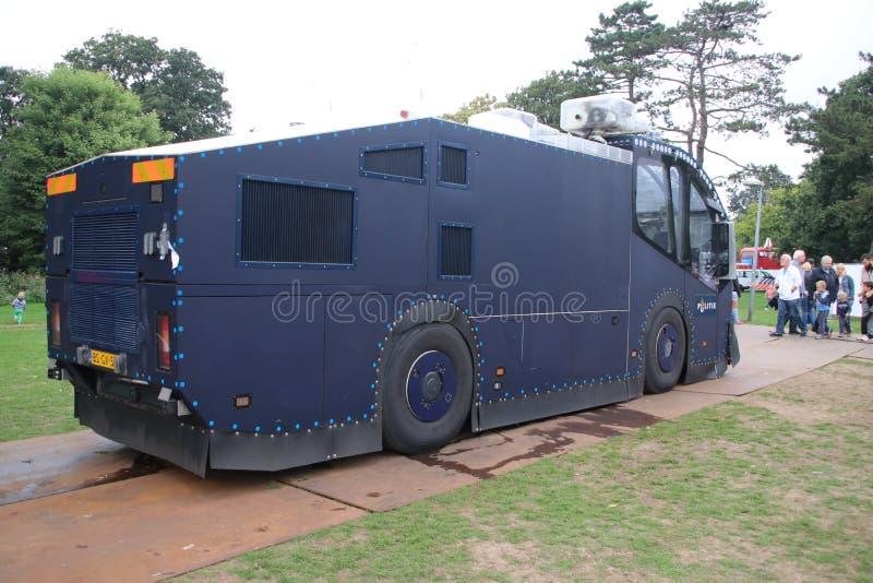 Riegue el vehículo del tanque trowing de la policía holandesa que se utilizará durante alborotos en La Haya foto de archivo libre de regalías