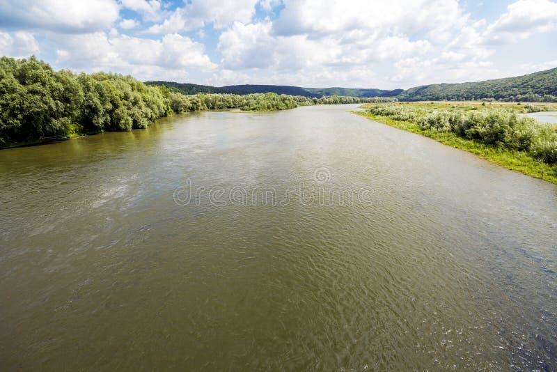 Riegue en el río ancho en verano con los árboles verdes en los bancos foto de archivo libre de regalías