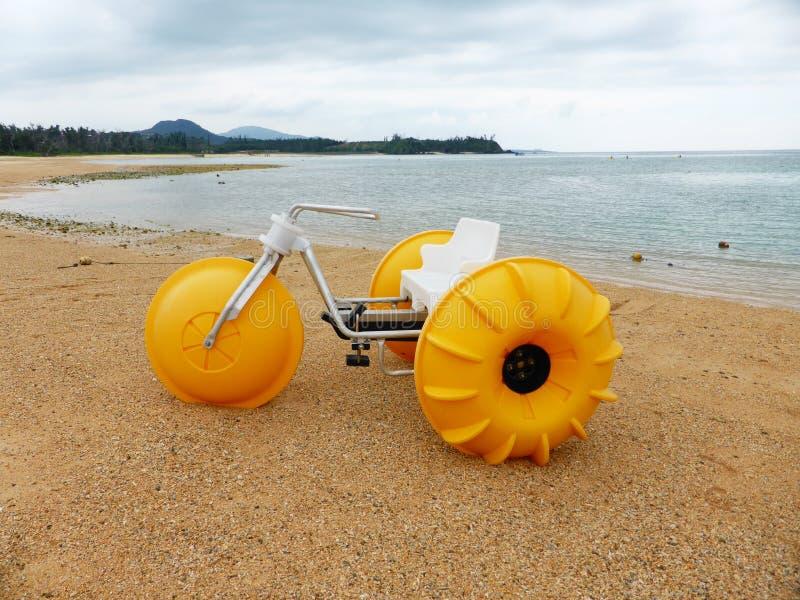 Riegue la bici en la playa, Onna, Okinawa foto de archivo libre de regalías