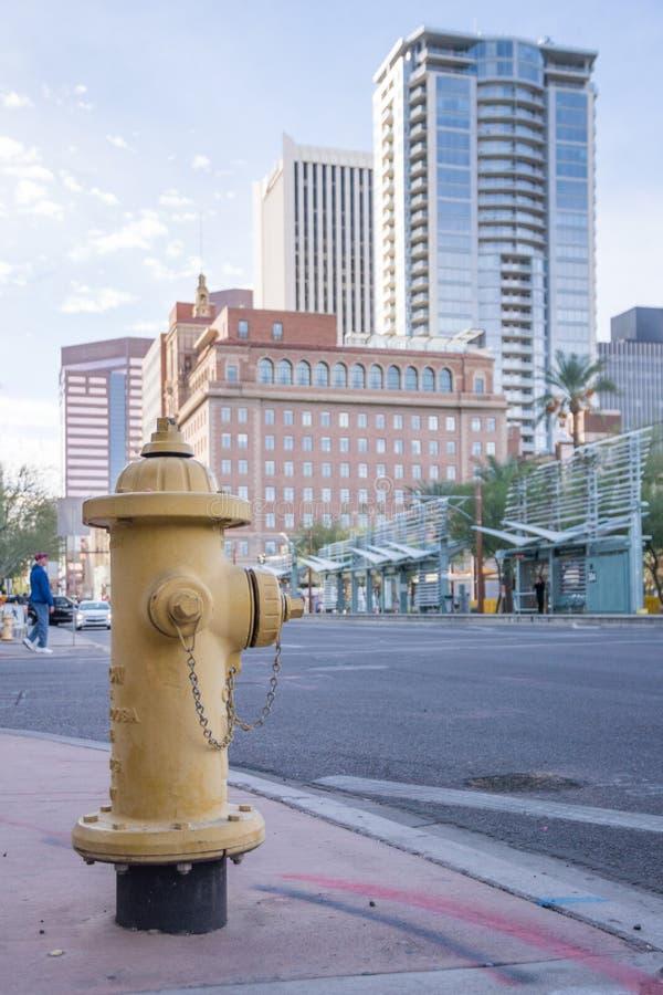 Riegue la boca de riego en Phoenix Arizona, escena moderna de la calle foto de archivo