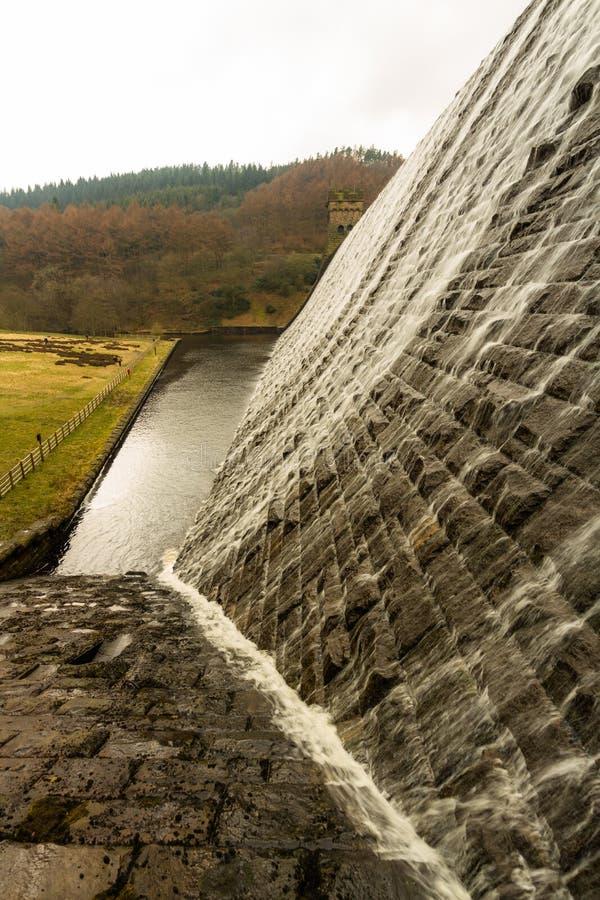 Riegue la conexión en cascada abajo de la presa de piedra, depósito de Ladybower imágenes de archivo libres de regalías
