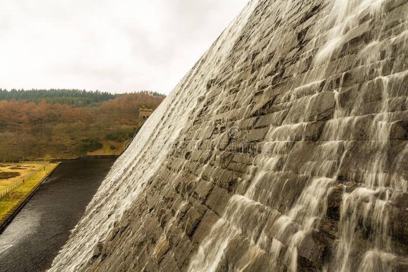 Riegue la conexión en cascada abajo de la presa de piedra, depósito de Ladybower foto de archivo