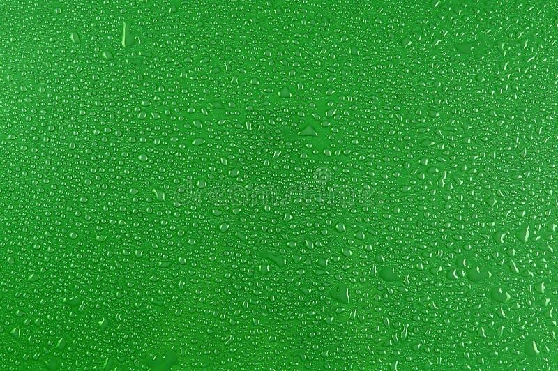 Riegue las gotas en verde fotografía de archivo