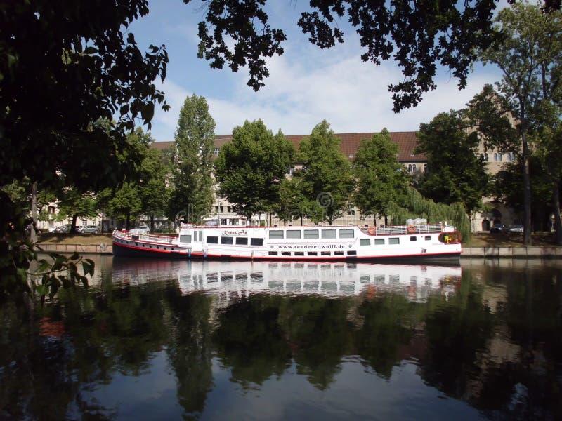 Riegue las reflexiones en el río de la diversión, Charlottenburg, Berlín imagenes de archivo
