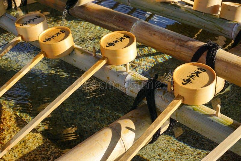 Riegue los cazos en Todaiji en Nara, Japón fotos de archivo