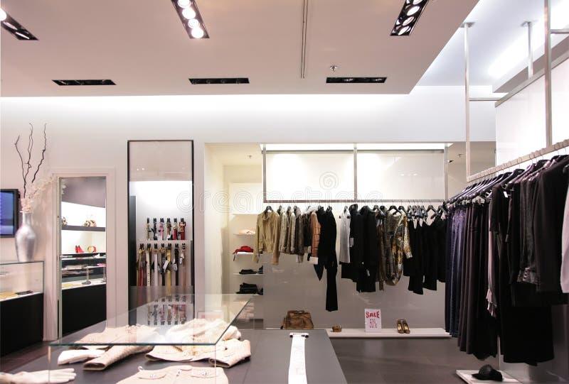 Riemen en hogere kleren in winkel stock afbeeldingen