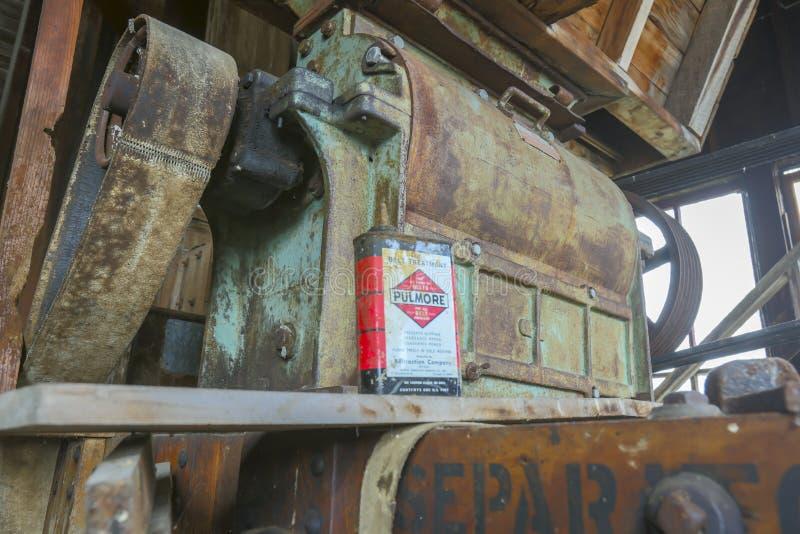 Riemengetriebene Mahlgutmühlausrüstung mit Öldose lizenzfreies stockfoto