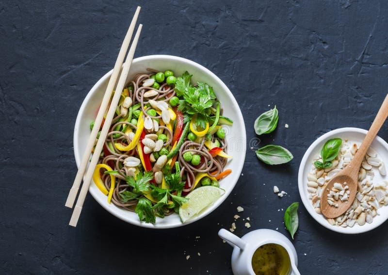Riempia le tagliatelle tailandesi di soba delle verdure su fondo scuro, vista superiore Alimento vegetariano sano immagini stock libere da diritti