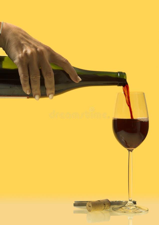 Riempimento del bicchiere di vino fotografia stock