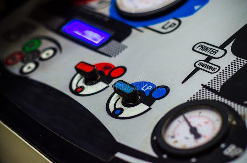 Riempimento dell'attrezzatura dei condizionatori d'aria dell'automobile immagini stock libere da diritti