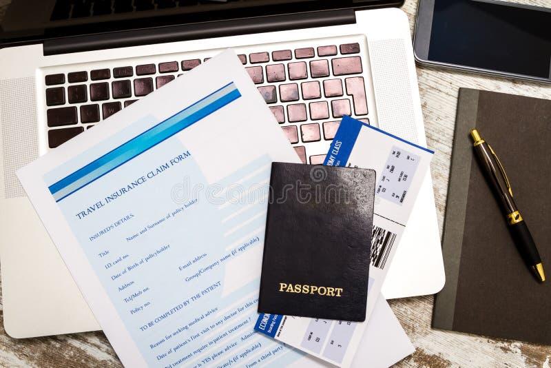 Download Riempimento Della Forma Di Reclamo Di Assicurazione Di Viaggio Fotografia Stock - Immagine di aria, internet: 56890166