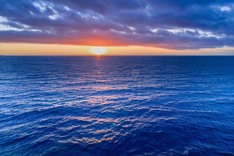 Rien mais coucher du soleil au-dessus de l'eau photographie stock
