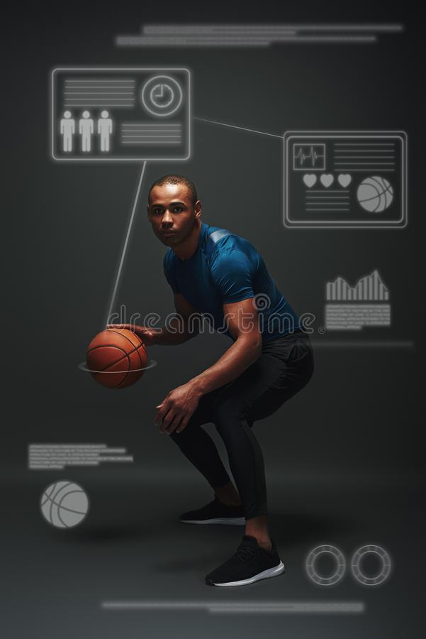 Rien mais succès Jeune position de joueur de basket au-dessus de fond foncé Concept de jeu avec le dessin graphique photo stock
